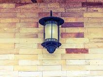 Lanterna velha na parede do castelo imagem de stock