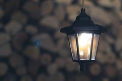 Lanterna velha no celeiro com lenha Fotografia de Stock Royalty Free