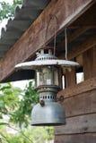 Lanterna velha que pendura no de madeira Fotografia de Stock