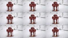 Lanterna vermelha da vela com vela na neve durante a queda de neve vídeos de arquivo