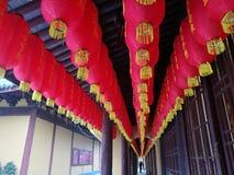 A lanterna vermelha de Longhua Temple tem o texto inscreido pela pessoa pessoalmente foto de stock royalty free