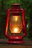 Lanterna vermelha na tabela de piquenique Fotografia de Stock