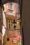 Lanternas à moda em construções muito velhas perto do quadrado sueco em Viena Fotos de Stock