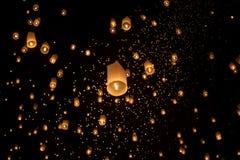 Lanternas asiáticas de flutuação em Chiang Mai Thailand Fotos de Stock Royalty Free