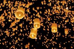 Lanternas asiáticas de flutuação Foto de Stock Royalty Free
