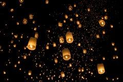 Lanternas asiáticas de flutuação em ChiangMai Foto de Stock Royalty Free