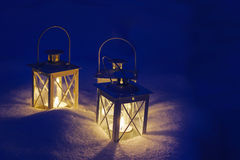 Lanternas bonitas na neve Fotografia de Stock