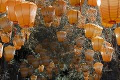 Lanternas chinesas alaranjadas imagem de stock
