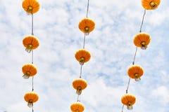 Lanternas chinesas amarelas brilhantes na rua de Singapura fotos de stock royalty free