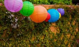 Lanternas chinesas coloridas que penduram em um partido de jardim ou exteriores Fotos de Stock Royalty Free