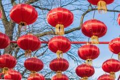 Lanternas chinesas como uma decoração festiva imagens de stock royalty free