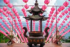Lanternas chinesas contra o céu azul imagens de stock royalty free