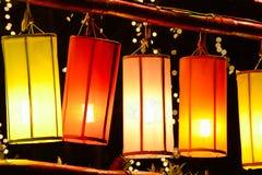 Lanternas coloridas da tela no nighte com fundo do bokeh imagens de stock royalty free