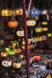 Lanternas coloridas leves na noite imagem de stock