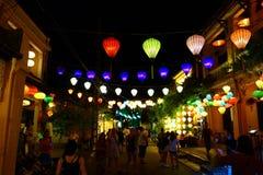 Lanternas coloridas na rua de passeio de Hoi An Ancient Town, local do patrimônio mundial do UNESCO vietnam imagens de stock