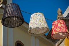 Lanternas coloridas que penduram na rua contra o céu azul foto de stock