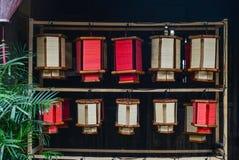 Lanternas de bambu tradicionais para a venda fotografia de stock