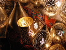 Lanternas de brilho de surpresa no mercado do souq do khalili do EL de khan com escrita árabe nela em Egito o Cairo Imagem de Stock Royalty Free