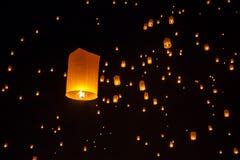 Lanternas de flutuação durante Yi Peng Festival em Chiang Mai Imagens de Stock