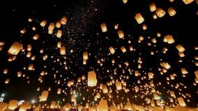 Lanternas de flutuação em Yee Peng Festival, celebração de Loy Krathong em Chiangmai, Tailândia Opinião de ângulo larga de Uprise