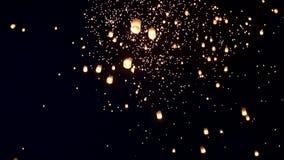 Lanternas de flutuação ou Khom Loy em Chiang Mai Loy Krathong Festival video estoque