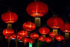 Lanternas de papel chinesas vermelhas contra fotos de stock