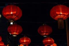 Lanternas de papel chinesas vermelhas contra imagens de stock royalty free