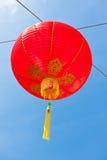 Lanternas de papel chinesas vermelhas contra um céu azul Imagens de Stock Royalty Free