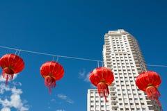 Lanternas de papel chinesas vermelhas contra um céu azul imagem de stock royalty free