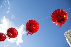 Lanternas de papel chinesas vermelhas contra um céu azul fotografia de stock royalty free