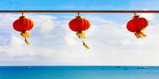 Lanternas de papel chinesas vermelhas contra um céu azul e um mar Imagens de Stock Royalty Free