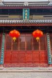 Lanternas de papel chinesas vermelhas e portas de madeira Imagem de Stock Royalty Free