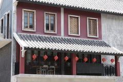 Lanternas de papel de estilo chinês no balcão foto de stock royalty free