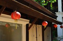 Lanternas de papel japonesas vermelhas no telhado Foto de Stock