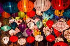 Lanternas de papel nas ruas da cidade asiática velha Fotografia de Stock