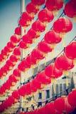 Lanternas de papel vermelhas chinesas filtradas retros contra o céu azul imagem de stock