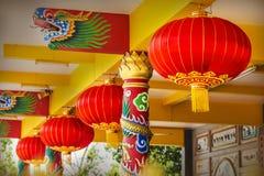 Lanternas de papel vermelhas chinesas no templo que pendura do teto Foto de Stock