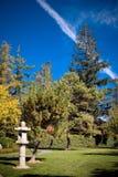 Lanternas de pedra japonesas, céu azul do jardim japonês Imagens de Stock