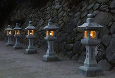 Lanternas de pedra japonesas na noite Foto de Stock