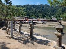 Lanternas de pedra na ilha de Itsukushima, Japão imagem de stock