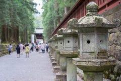 Lanternas de pedra no santuário de Toshogu em Nikko imagem de stock