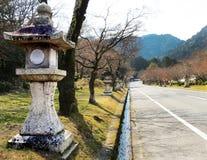 Lanternas de pedra que alinham a estrada Imagens de Stock