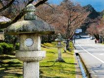 Lanternas de pedra que alinham o close up da estrada Imagens de Stock