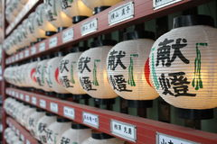 Lanternas de suspensão japonesas, santuário de Kanda Myojin, Tóquio fotografia de stock