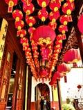 Lanternas de suspensão vermelhas chinesas bonitas em um templo Arte, história e cultura imagens de stock