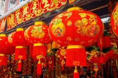 Lanternas decorativas dispersadas em torno do bairro chinês, Singapura Ano novo do ` s de China Ano do cão Cidade recolhida fotos imagem de stock