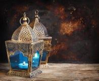 Lanternas do árabe do ouro fotografia de stock
