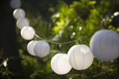 Lanternas do globo que penduram em uma corda em um partido Fotografia de Stock