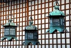 Lanternas douradas do santuário imagens de stock royalty free