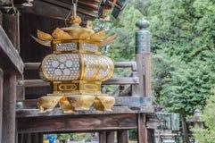 Lanternas douradas no santuário Kyoto Japão 2015 de Kitano- Tenmangu foto de stock